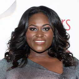Danielle Brooks luce un look de ojos bicolor