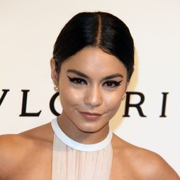 Vanessa Hudgens apuesta por un look cat-eye
