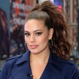 Ashley Graham recoge su cabello en un coleta rizada