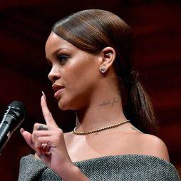 Rihanna opta por una coleta pulida