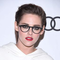 Kristen Stewart opta por un maquillaje cargado