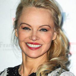 Pamela Anderson con maquillaje claro y labios rosados