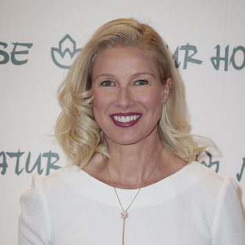 Anne Igartiburu con labial en tono frambuesa