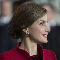 La Reina Letizia muy elegante con un moño bajo