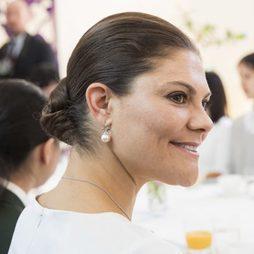 Victoria de Suecia recoge su pelo en un moño bajo