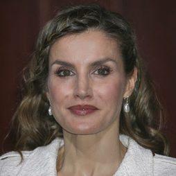 La Reina Letizia sorprende con su peinado de trenzas