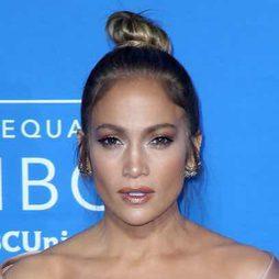 Jennifer Lopez sigue la tendencia de los moños casuales