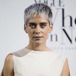 María León sorprende con su corte pixie platino