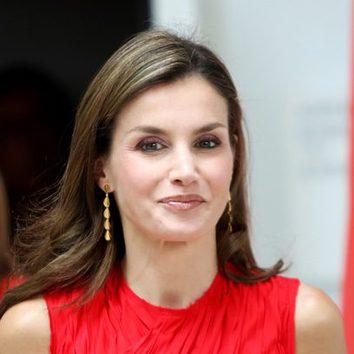 La Reina Letizia luce un favorecedor maquillaje cobrizo