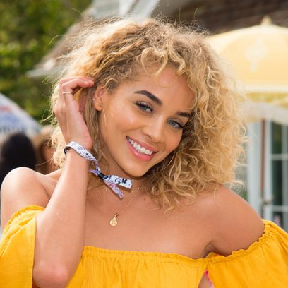 Jasmine Sanders luce una melena midi rubia al estilo afro