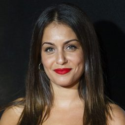 Hiba Abouk siempre acierta con los labios en rojo