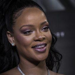 Rihanna y su beauty look con colores morados