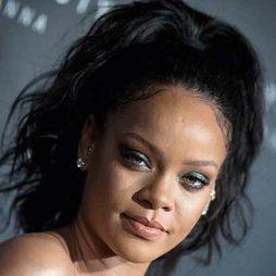 Rihanna se decanta por la coleta alta con rizada