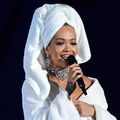 Rita Ora como recién salida de la ducha