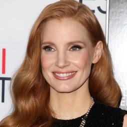 Jessica Chastain con un beauty look melocotón muy fresco