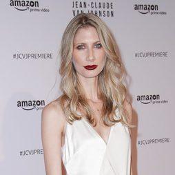 Alexandra Weil con labios burgundy