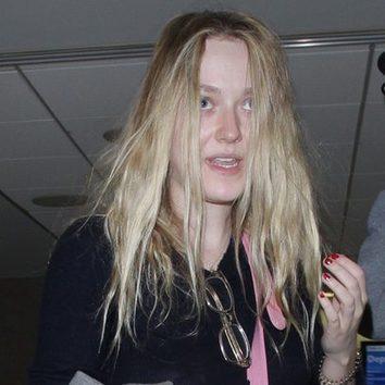 Dakota Fanning despeinada en el aeropuerto