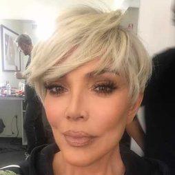 Kris Jenner se pasa al rubio platino