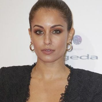 Hiba Abouk se decanta por el ocre