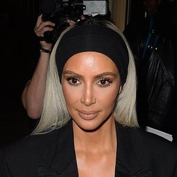 Kim Kardashian con un maquillaje de fiesta