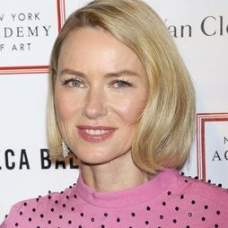 Naomi Watts con un make up en tonos pastel