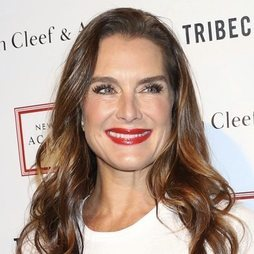 Brooke Shields, deslumbrante con un pintalabios rojo