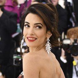 Amal Almuddin da un toque desenfadado a su elegante look