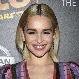 Emilia Clarke encandila con un look muy natural