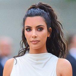 Kim Kardashian sigue fiel al maquillaje oscuro