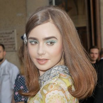 Lilly Collins con un peinado retro