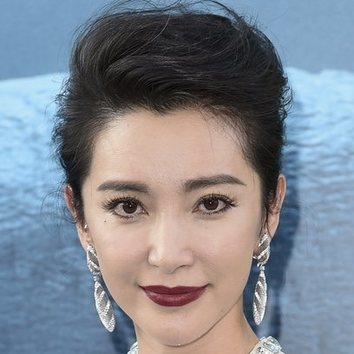 Li Bingbing luce un labial burdeos