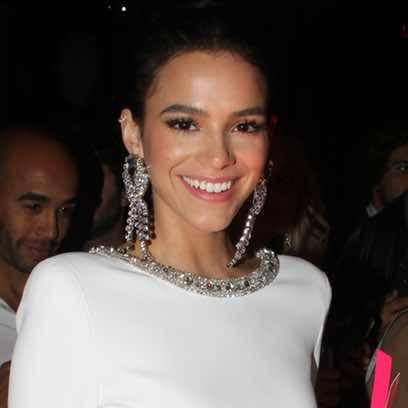 Bruna Marquezine apuesta por los tonos rosados