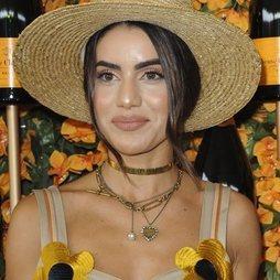 Camila Coelho, muy recargada