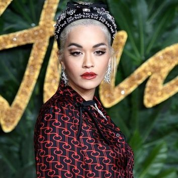 La diadema brillante de Rita Ora