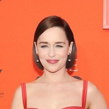 Emilia Clarke no arriesga pero no falla con su beauty