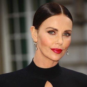 Charlize Theron luce el maquillaje más sofisticado