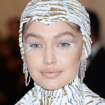 El look camp con pestañas XXL de Gigi Hadid en la MET Gala 2019