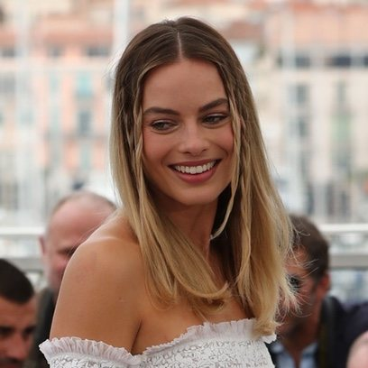 Margot Robbie con su beauty look más hippie