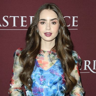 Lily Collins apuesta por los tonos burdeos y logra un make up perfecto