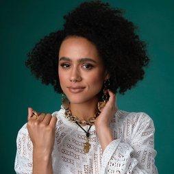 Natural y afro, así es Nathalie Emmanuel