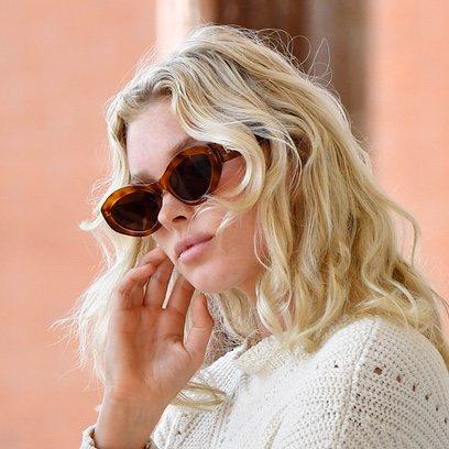 Elsa Hosk, dos tendencias en una: curly bob y ice blond