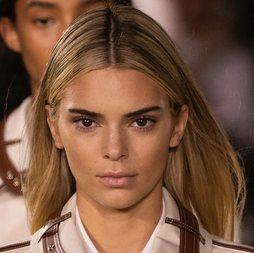 Kendall Jenner reaparece en las pasarelas teñida de rubia
