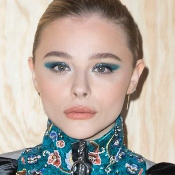 Chloë Moretz y su smokey-eye azul futurista