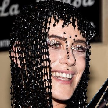 La peluca de cuentas de María León inspirada en JLo