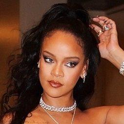 Rihanna luce un smokey eye de proporciones áureas