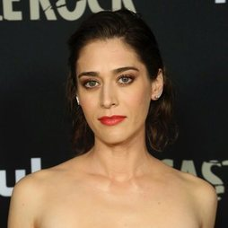El elegante maquillaje de Lizzy Caplan