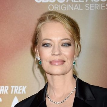 Jeri Ryan luce impecable con este beauty look