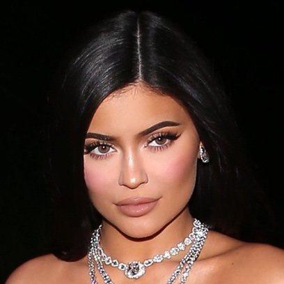 Kylie Jenner vuelve a enamorar con su beauty look
