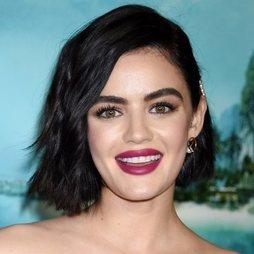 Lucy Hale encuentra su tono ideal con un labial frambuesa