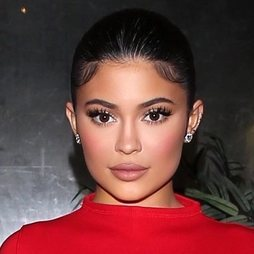 Kylie Jenner cautiva nuevamente con su beauty look